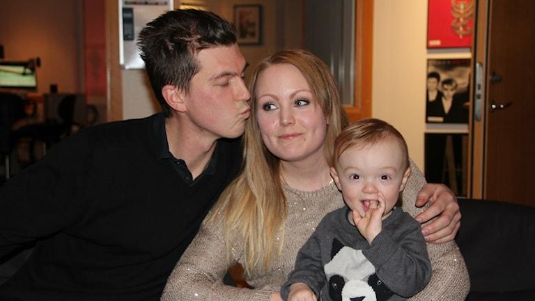 Aron Nilsson, Camilla Kyllis och deras son Oliver. Foto: Helena Gustafsson / Sveriges Radio