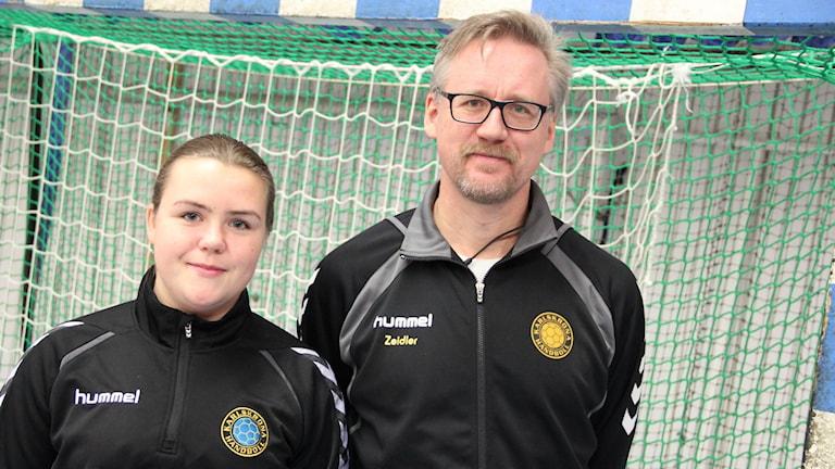 Madeleine Hellström målvakt i Karlskrona och Tomas Zeidler ordförande i Karlskrona Handboll. Foto: Mikael Eriksson/Sveriges Radio