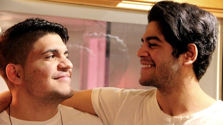 Ali al-Saqr och Hassan al-Saqr håller armarna om varandra. Foto: Stina Linde/Sveriges Radio.