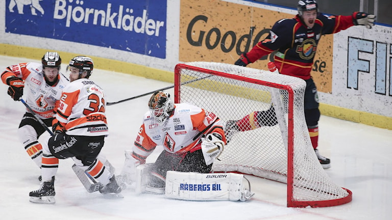 DIF:s Tobias Hage har gjort 2-0 bakom Johan Holmqvist. Foto: Sören Andersson / TT