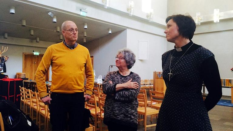 Ulf Sundkvist, Christina Pettersson och Johanna Juhlin står i Kungsmarkskyrkan. Foto: Stina Linde/Sveriges Radio.
