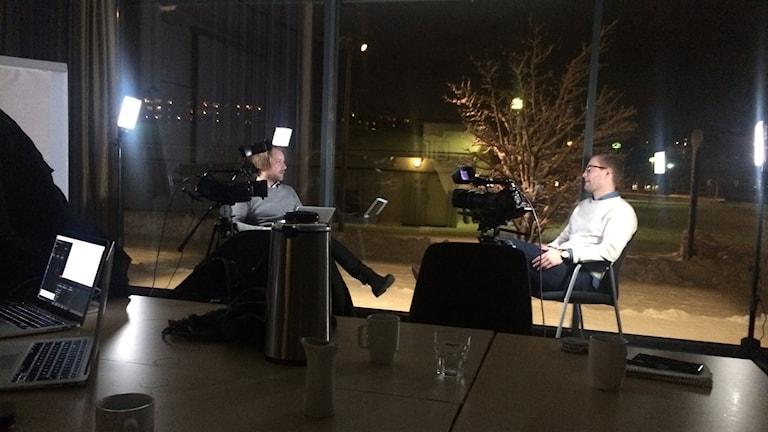 Spelaren Johannes Sandgren blir intervjuad. Foto: Gustaf Hallén