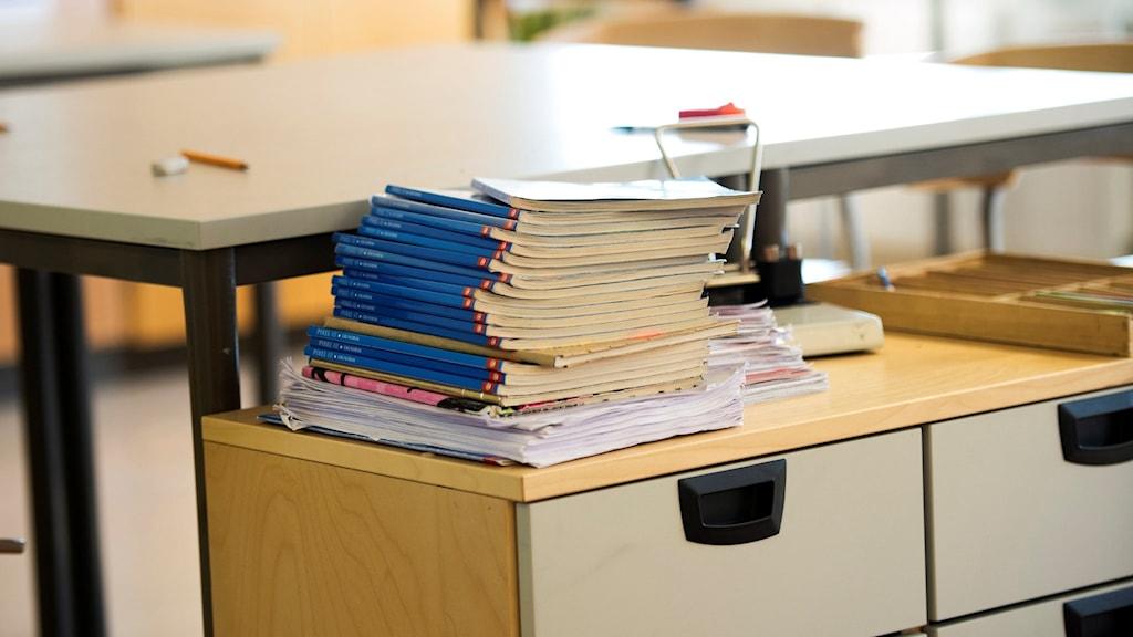Skolböcker ligger på ett bord. Foto: Fredrik Sandberg/TT