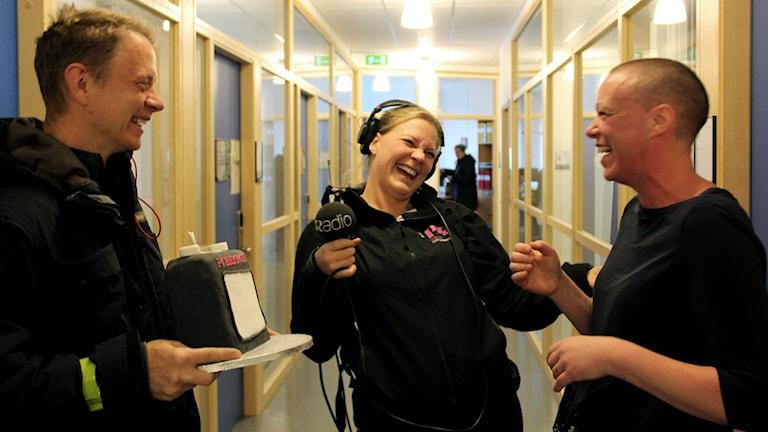 Jonas och Mia Jonasson, skrattar ihiop med Rebecka Gyllin. Foto: Stina Linde/Sveriges Radio.