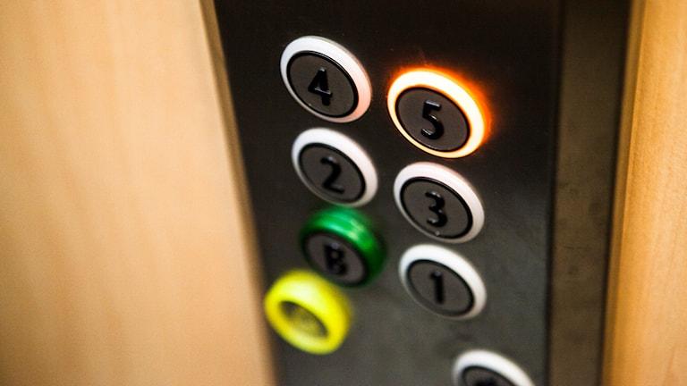 Hissknappar med siffror på. Foto: Robin Haldert/TT