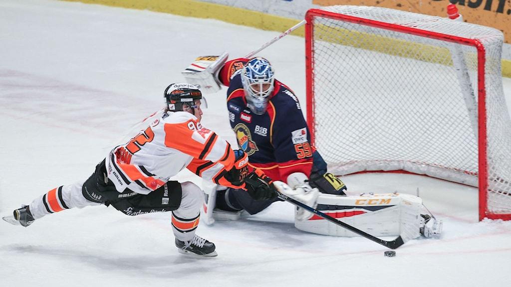 Karlskronas Jesper Olofsson missar friläge mot Dif-målvakten Mikael Tellqvist. Foto: Sören Andersson / TT