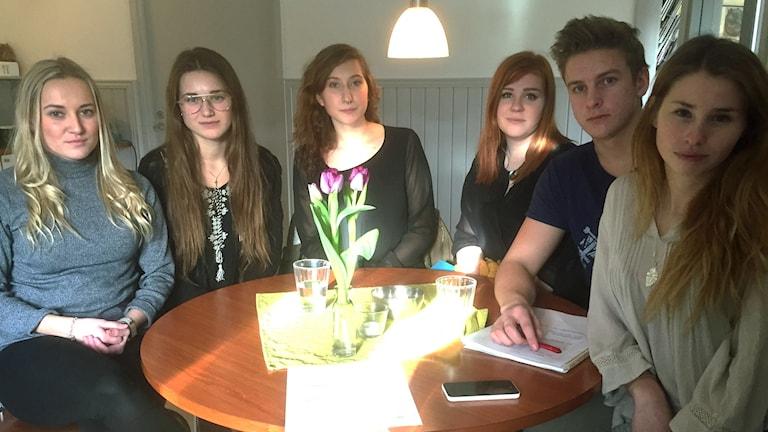 Missnöjda elever sitter runt ett bord. Foto: Sarah Rätzer / Sverige Radio.