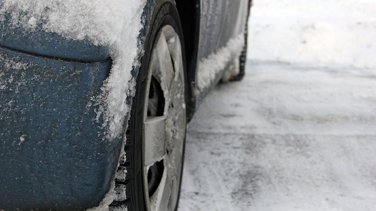 En närbil på ett bildäck på snötäckt mark. Foto: Stina Linde/Sveriges Radio.