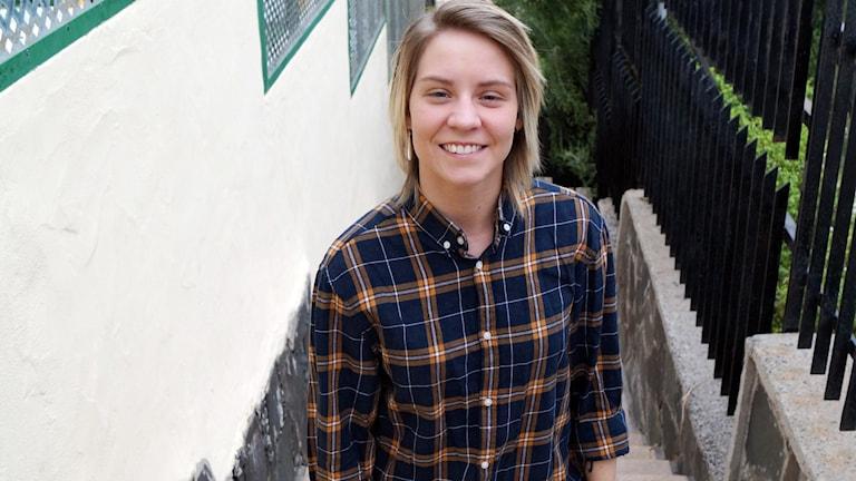 Amanda Jolin står i en trappa och tittar in i kameran.