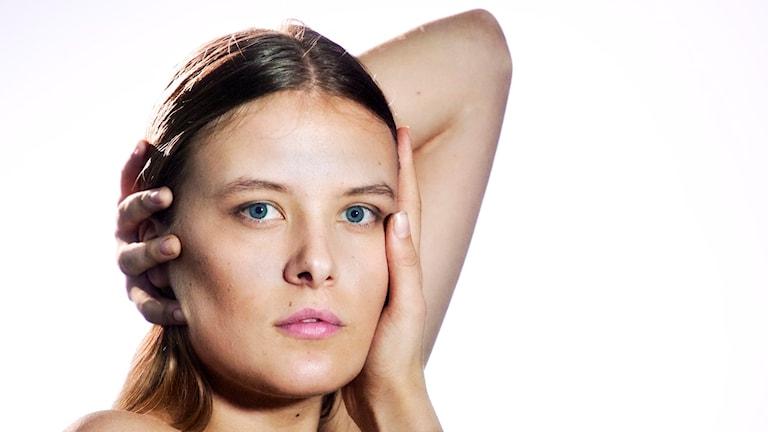 Omslaget till Clara Rudelius skiva med hennes ansikte.