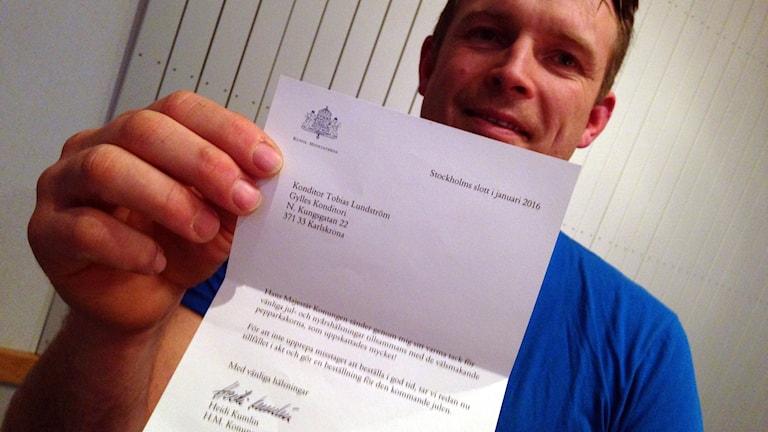 Konditor Tobias Lundström med brevet från slottet.