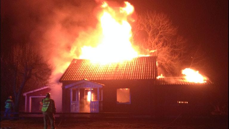 Branden har börjat vid eldstaden i huset.