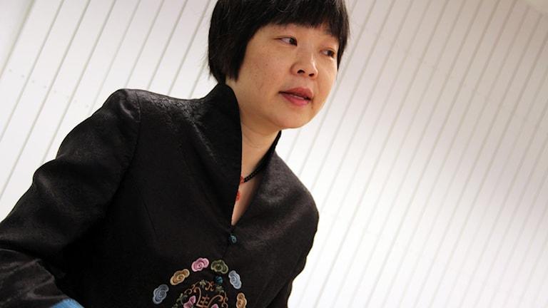 En porträttbild av Helena Huang som bor i Karlskrona - men är född och uppvuxen i Peking