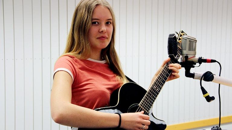 Clara Rudelius, musik, gitarr