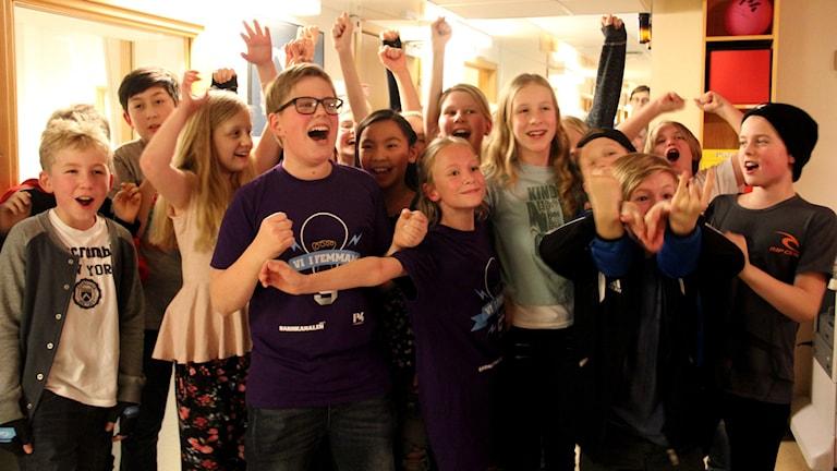Klass 5 A på Svettpärlan jublar efter sin vinst i Blekingefinalen av Vi i Femman.
