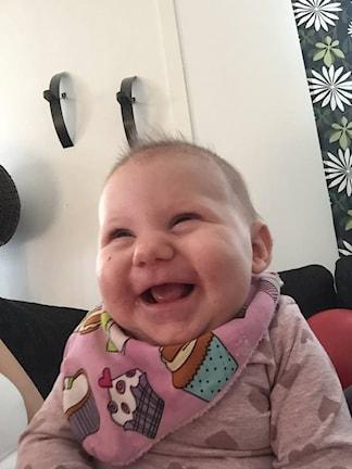 En skrattande bebis.