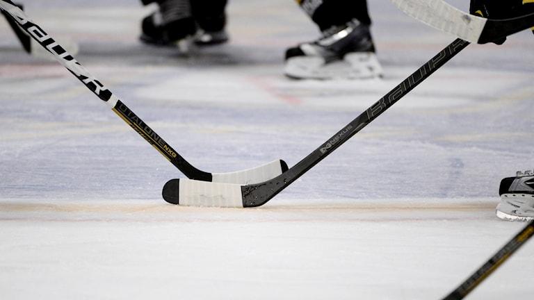 Hockeyklubbor och skridskor.