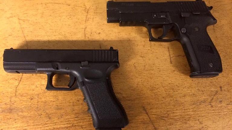 Två vapen, det ena är polisens äkta, det andra är en soft air gun.