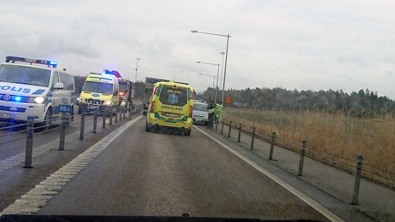 Flera polisbilar och ambulanser i Hasslörondellen