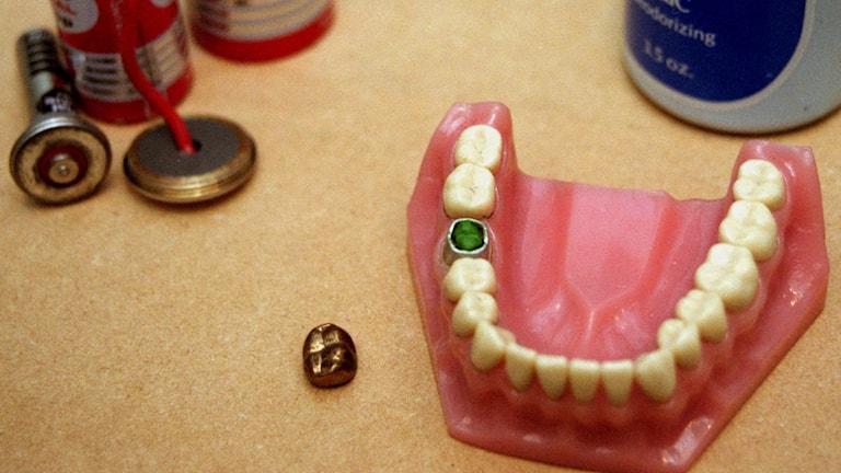 En lösgom som ligger med tänderna uppåt på ett bord.