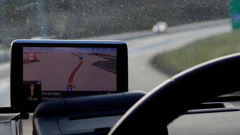 GPS vid framruta i körande bil.