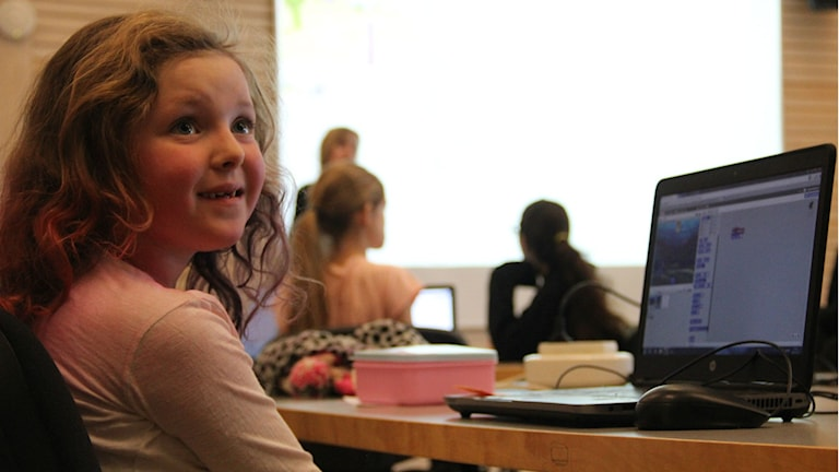En tjej sitter vid en dator.