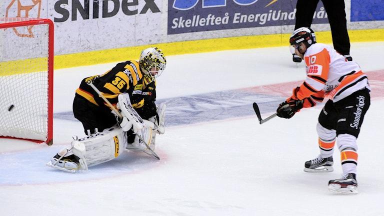 Mattias Guter gör mål på Skellefteå.