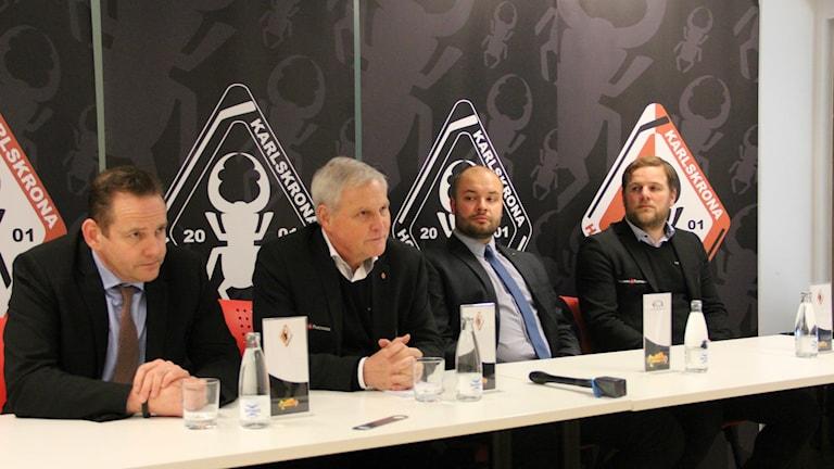Marcus Fredriksson som hjälpt till i kontakten med Polen, Klubbchef Rolf Lindberg, Robert Bursiewicz från MH Automatyka och Calle Höök från klubbens marknadsavdelning.