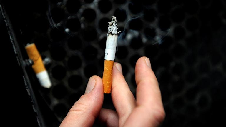 cigarett som någon håller i