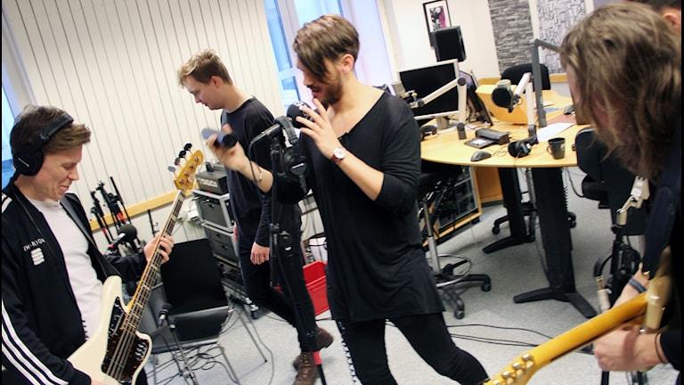 Bandet Charion soundcheckar i studion.