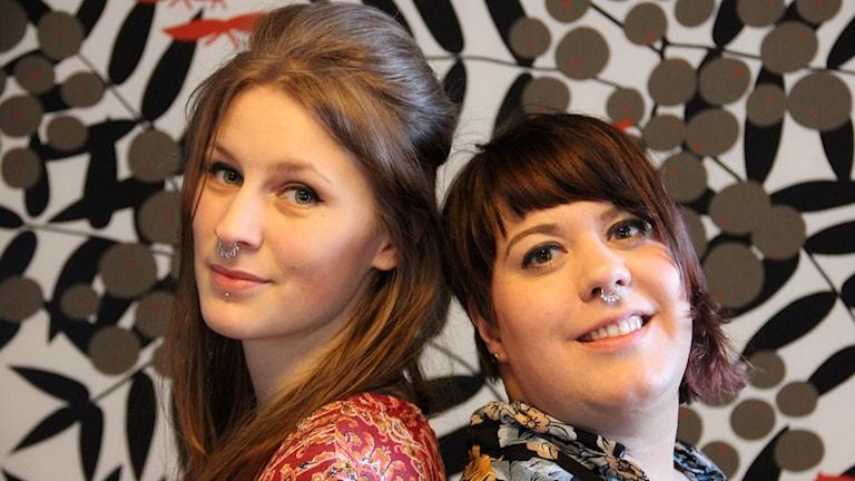 två av medlemmarna i burleskgruppen Donatella, Martina Bagge-Stjernström och Jennifer Tónlist.