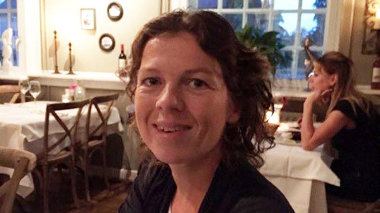 Annemarie Janson från Nederländerna sitter på en restaurang.