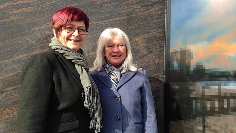 Carina Centrén och Birgitta Björk framför en färgglad bakgrund.