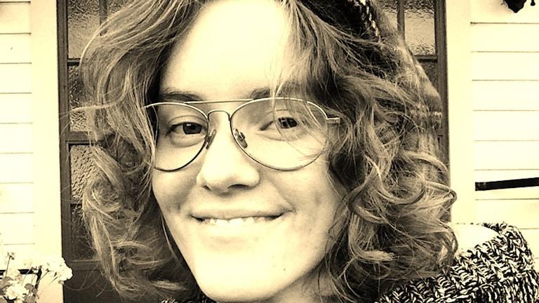 En svartvit portättbild av Annie Sunesson.