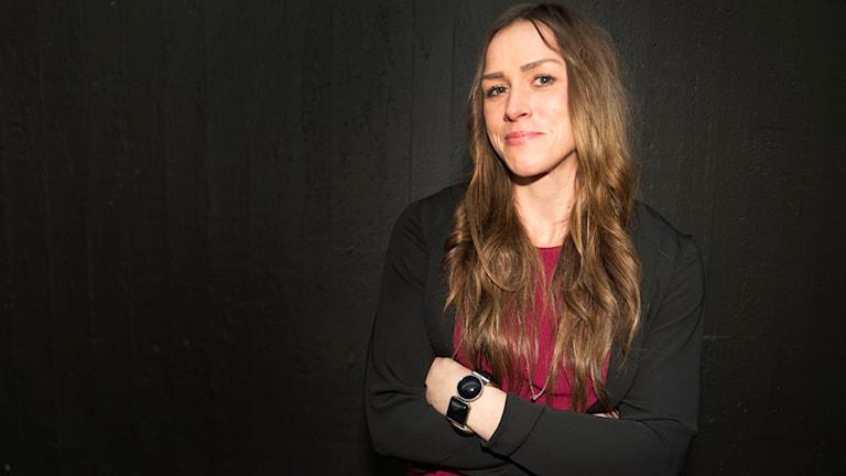 Kickboxaren Caroline Ek från Karlskrona står med händerna korsade framför bröstet.