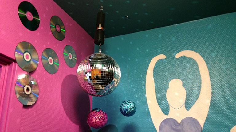 En diskokula och färgglada väggar inne på en av toaletterna.