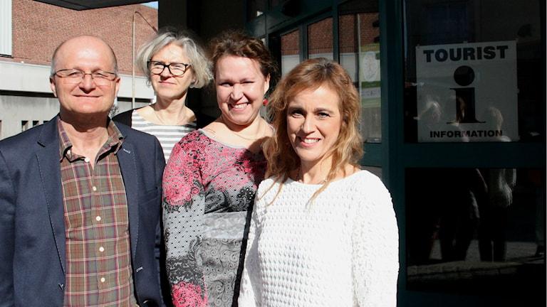 Tomas Andersson, förvaltningschef Fritid- och Kulturförvaltningen, Therese Emilsson, bibliotekschef, Lena Mahrle, ordförande i Fritid- och kulturnämndet och Jeanette Rosander, turism- och evenemangssamordnare står framför den nya turistinformationen i Ronneby