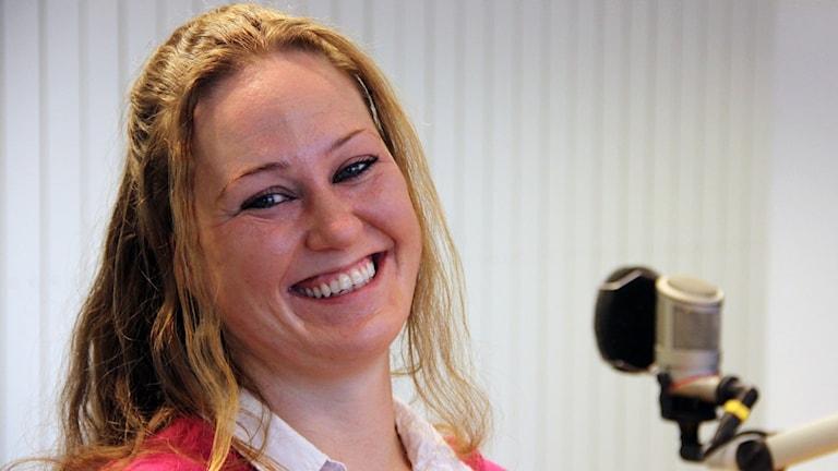Emma Dennisdotter ler in i kameran.