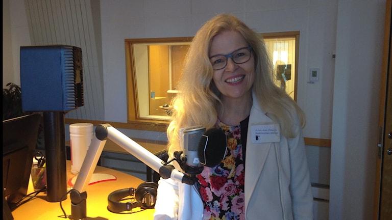 Kvinna vid mikrofon