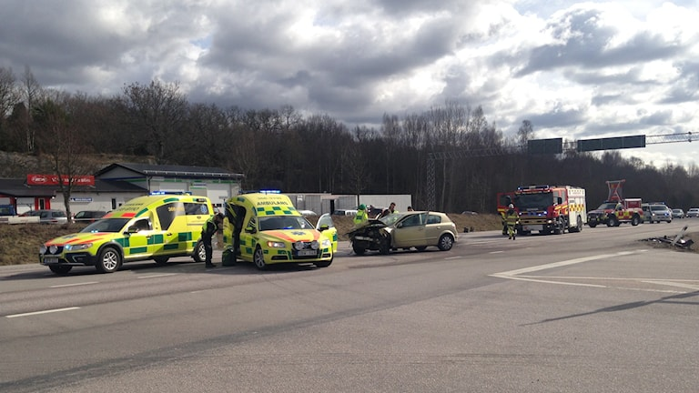 Två personbilar krockade på väg 27 i höjd med Kallinge idag. Foto: Sarah Rätzer/Sveriges Radio