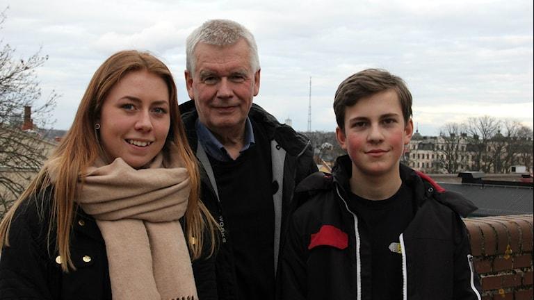 Alf Asplund, ordförande i Smer tillsammans med Matilda Alfsson och Hannes Wettergren från Wämöskolan.
