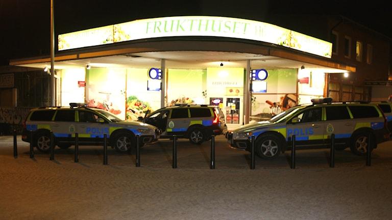 Flera polispatruller deltog i spaningarna efter butiksrånarna igår kväll.