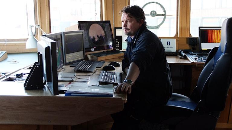 Ola Ekmark sitter i kontrollrummet på fartyget.