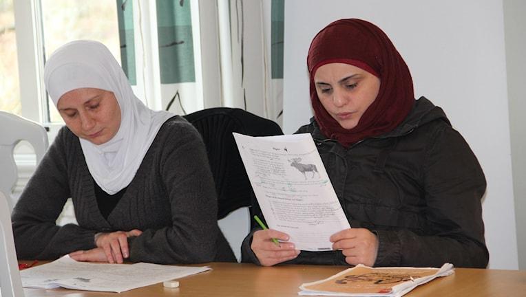 Ghada Hasr och Dania Karazoun har läst svenska i fyra månader. Foto: Mansoor Yosufzai / Sveriges Radio.