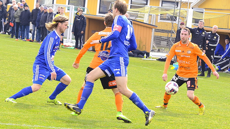 Matchen mellan Asarum och Karlskrona slutade 0-0 Här anfaller Karlskrona med två man. Foto: Torbjörn Sunesson.