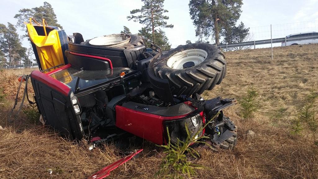En traktor som kört av vägen och ligger på sidan. Foto: Per Dahlberg/Sveriges Radio