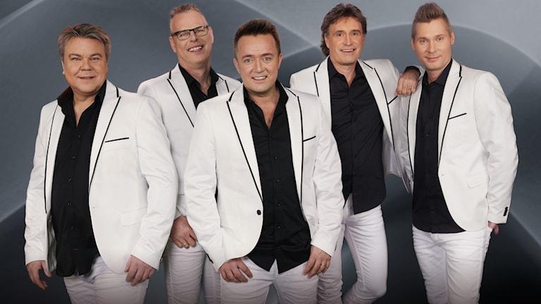 Bandet Streaplers i vita kostymer