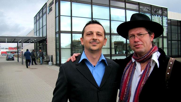 Edvin Rahmanoviz och Glenn Möllergren utanför Ronnebys stadshus