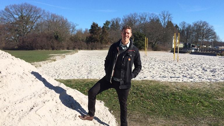 Nicklas Pettersson från Karlskrona volleybollklubb framför en stor sandhög på Långö.