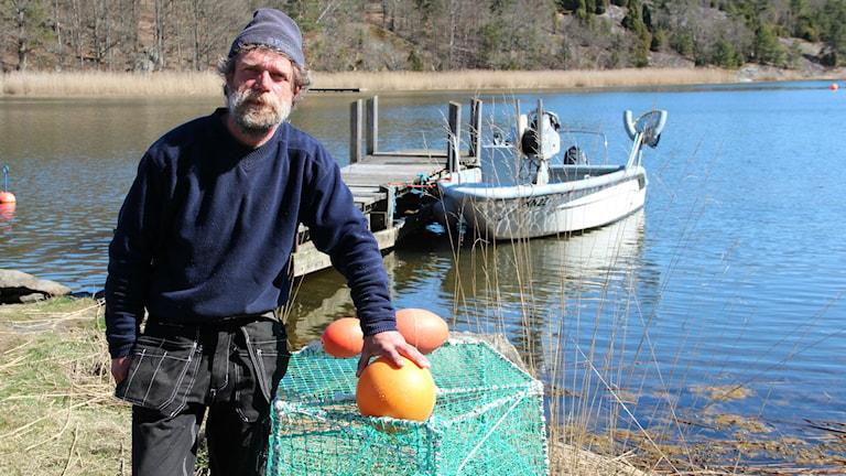 Yrkesfiskaren Glenn Fridh vid sin båt.
